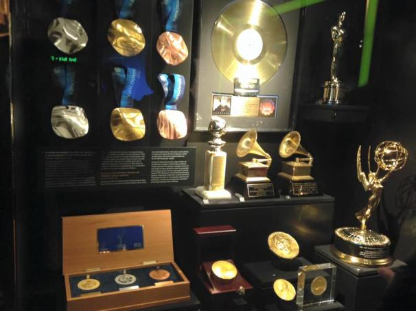 Modern uses of gold including Vancouver 2010 Olympic medals and Grammy Awards