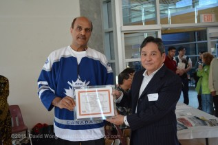 PCHC-MoM Vice President Harbhajan Gill presents Eric Lau of Eric Goldman Jewellery with a Certificate of Appreciation for his donation of jade jewellery prizes